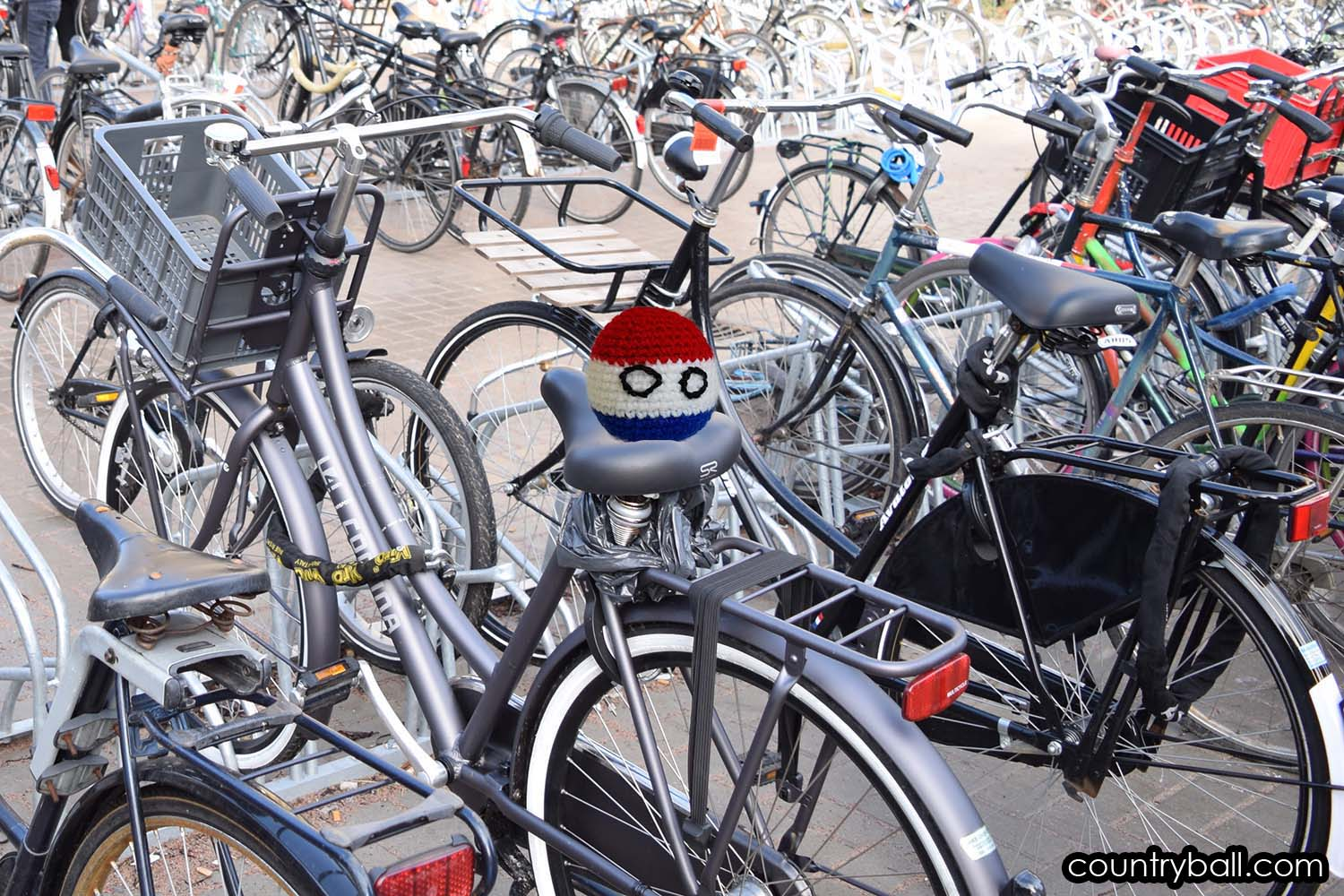 Netherlandsball and hundreds of Bikes